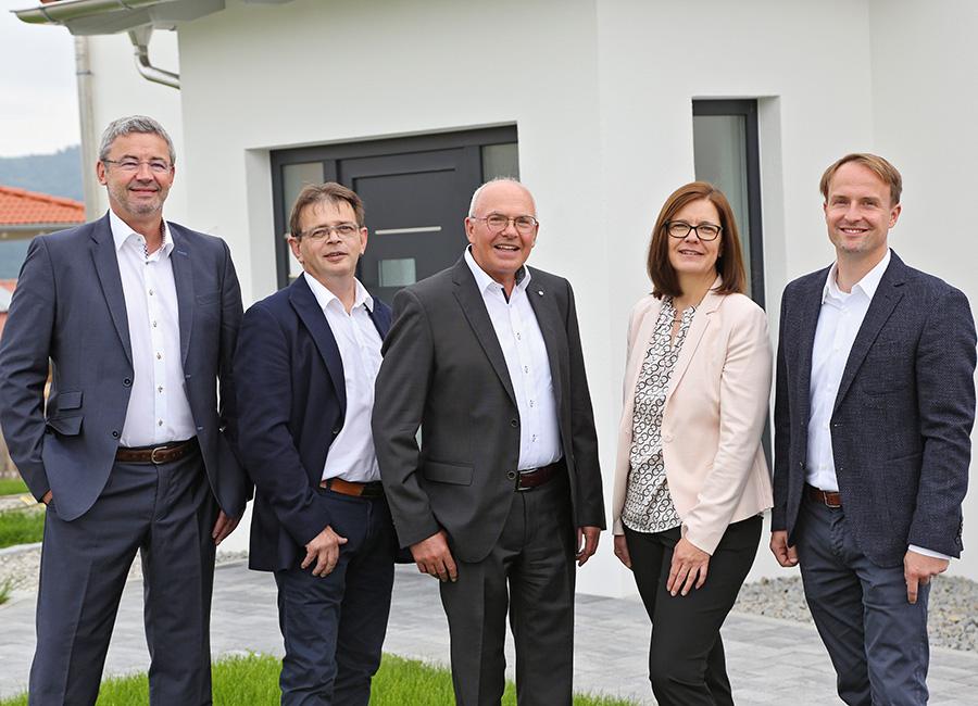 Immobilien Hallabrin – Team vor Haus